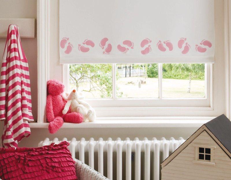 Светлая рулонная штора на окне в детской комнате