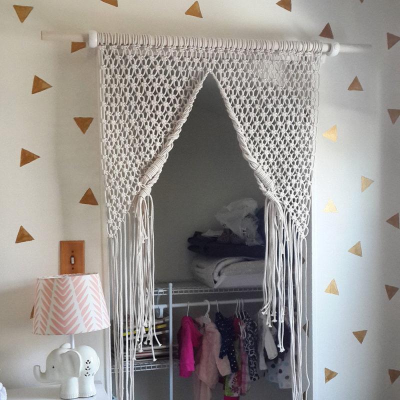 Оформление дверного проема с помощью занавески в стиле макраме