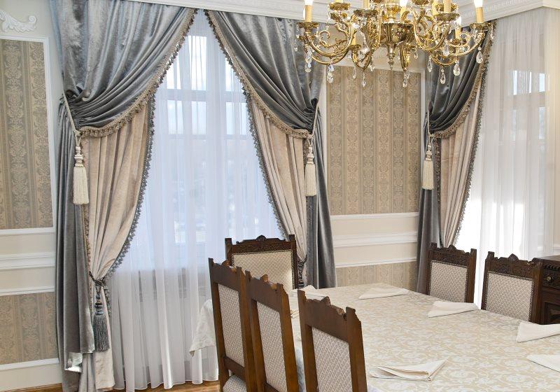 Двухслойные шторы в интерьере классической гостиной
