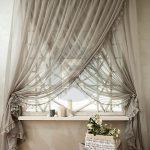 Серые полупрозрачные шторы на корнизе с кольцами