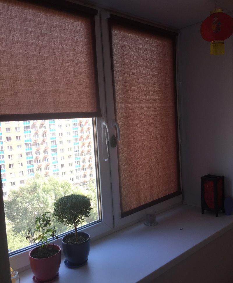 Пластиковое окно с рулонными шторами Inspire шоколадного цвета