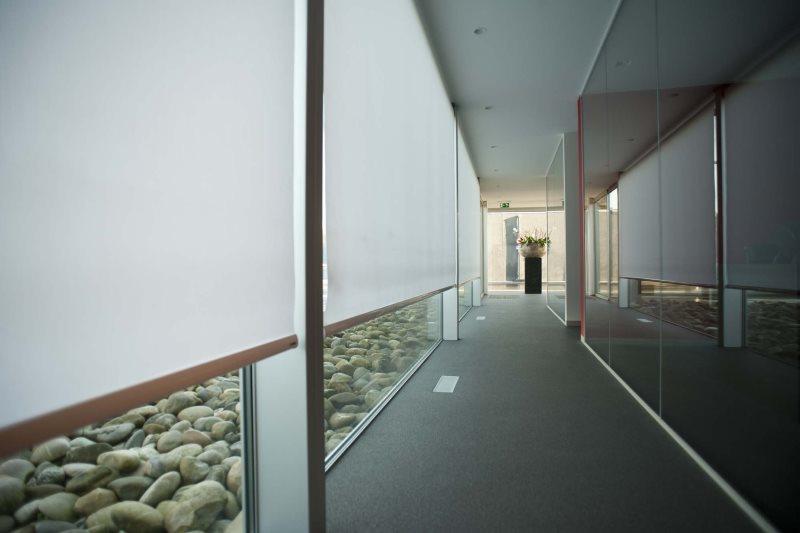 Узкий коридор с рулонными шторами на панорамных окнах