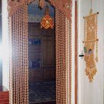 Стильное оформление дверного проема занавесом из веревок