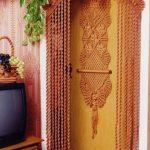 Композиция в стиле макраме на двери в частном доме