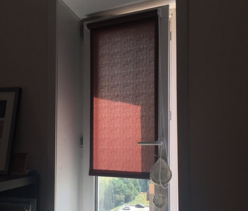 Мини-штора рулонного типа на поворотной створке окна