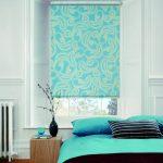 Бирюзовая рулонная штора с принтом в спальной комнате