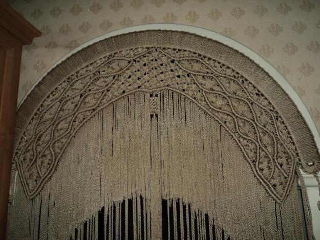 Арка дверного проема со шторой из тонких веревок