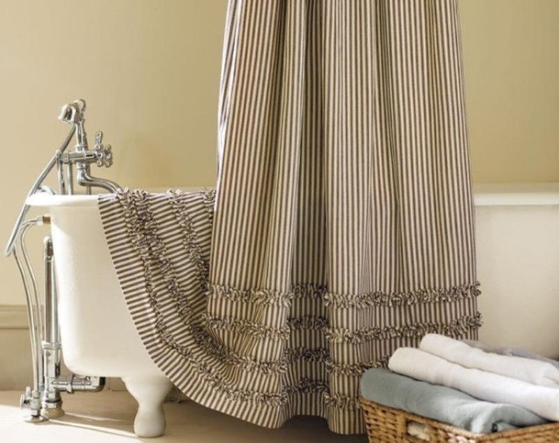 Хлопковая шторка на бортике ванной
