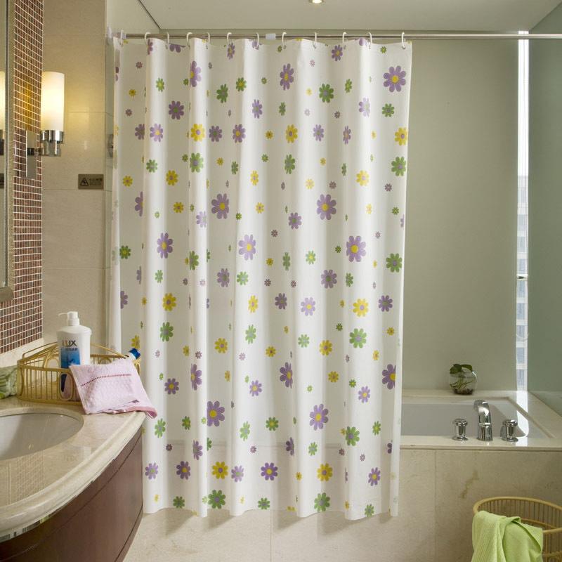 Светлая шторка с цветочками в ванной комнате