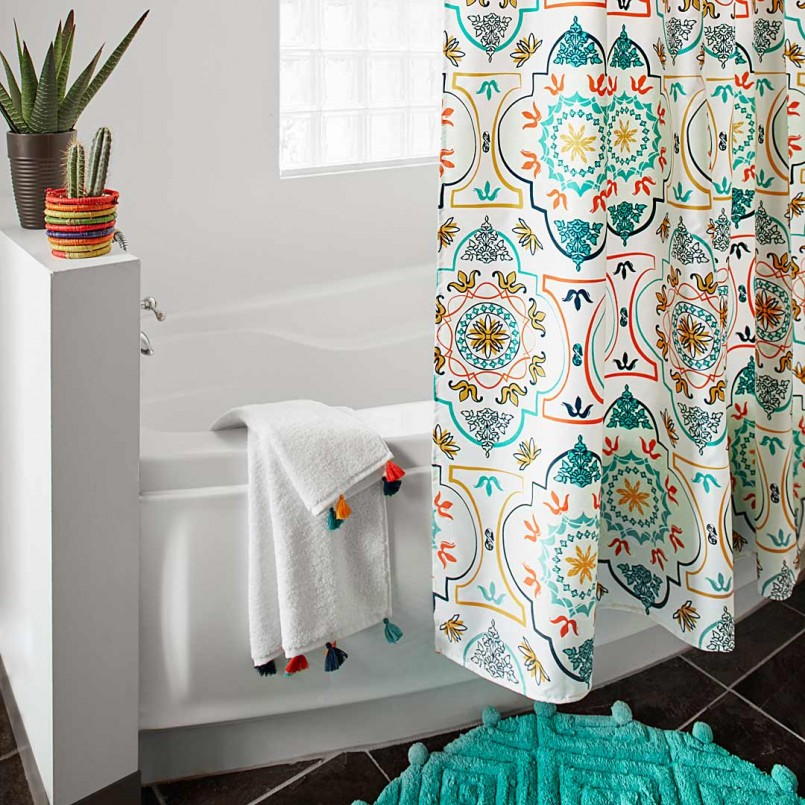 Занавеска в ванной с ярким орнаментом