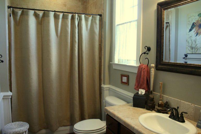 Плотная штора в совмещенной ванной
