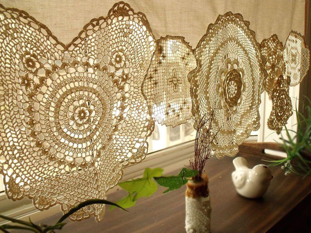 Красивая вязанная шторка на окне в частном доме