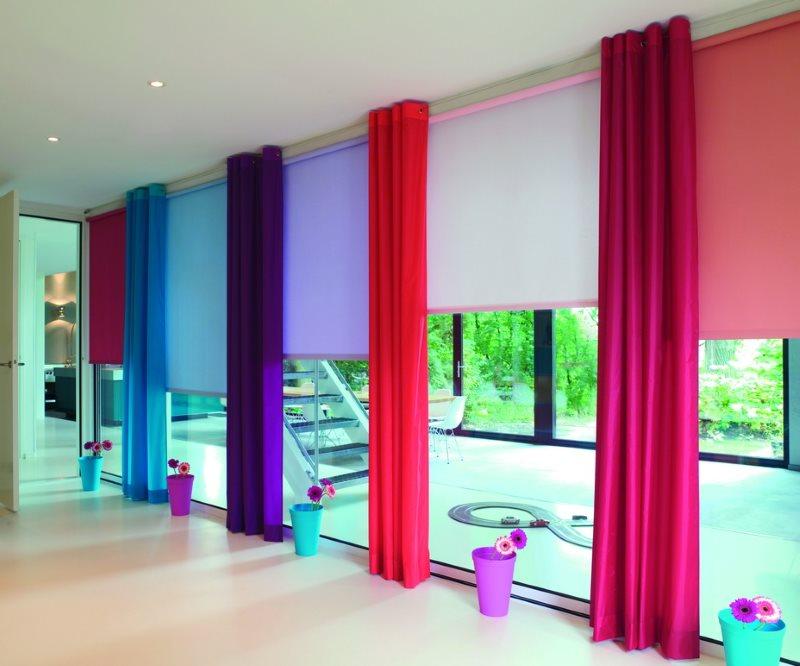Разноцветные шторы из плотной ткани на панорамном окне гостиной