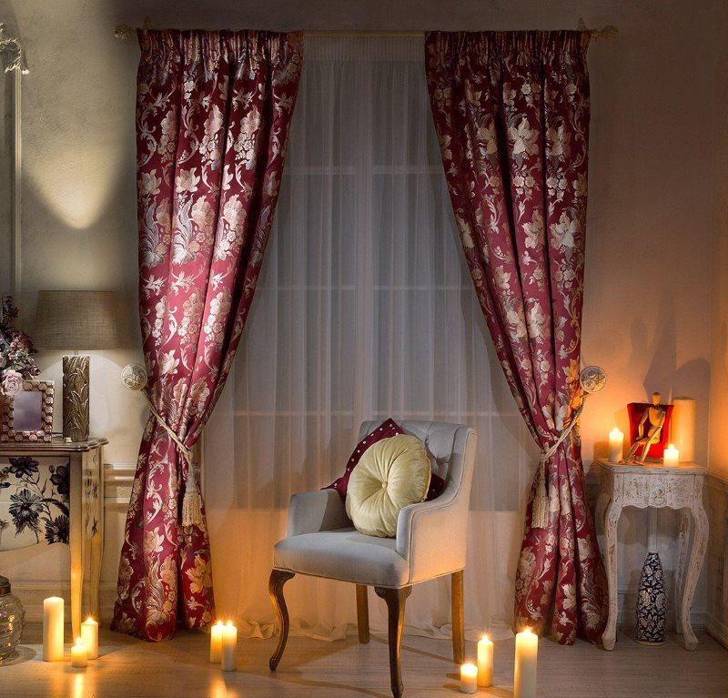 Оформление окна в гостиной дорогими шторами