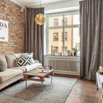 Плотные шторы в гостиной с кирпичной стеной