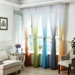 Разноцветные шторы на окне гостиной