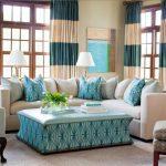 Полосатые занавески в гостиной средиземноморского стиля