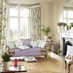 Цветочные занавески в гостиной деревенского стиля