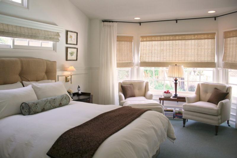 короткие шторы до подоконника в спальню интерьер