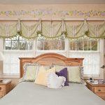 короткие шторы до подоконника в спальню оформление фото