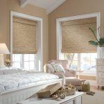 короткие шторы до подоконника в спальню оформление идеи
