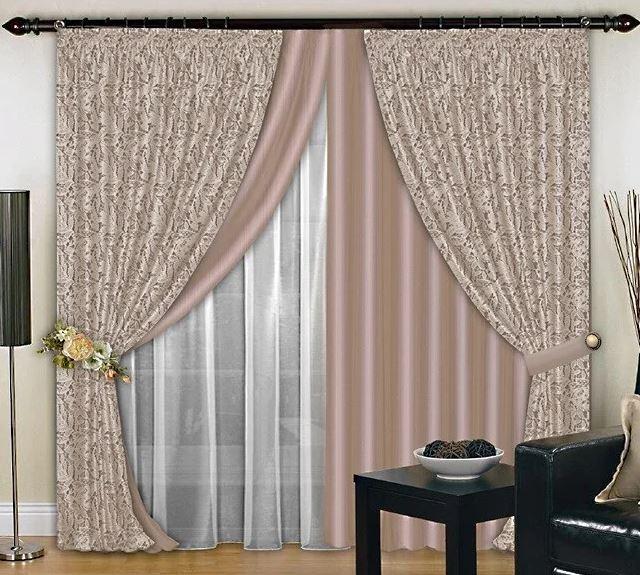 Двойные занавески и тюль на одном окне в гостиной комнате
