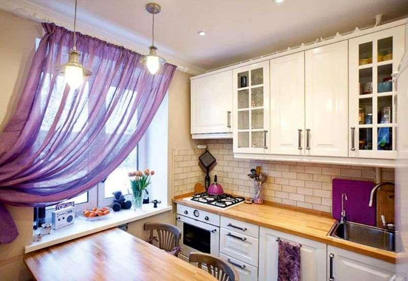 шторы из вуали в маленькой кухне