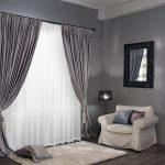 Прямые шторы с подхватами в интерьере жилой комнаты