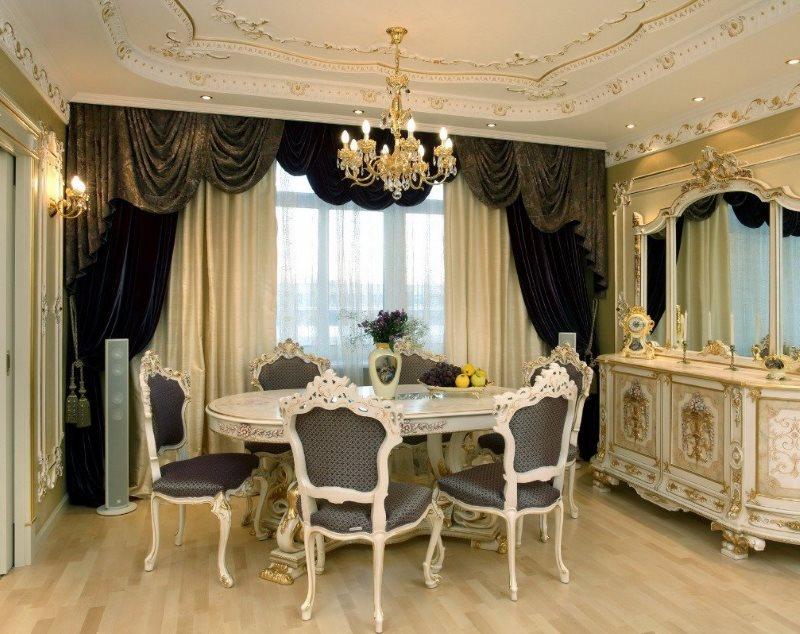 Плотные шторы на окне столовой в стиле барокко
