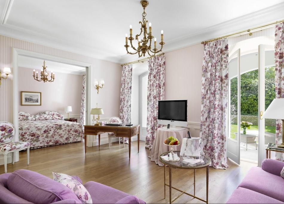 шторы в гостиной в тон мебели