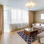 шторы в современной гостиной фото интерьера