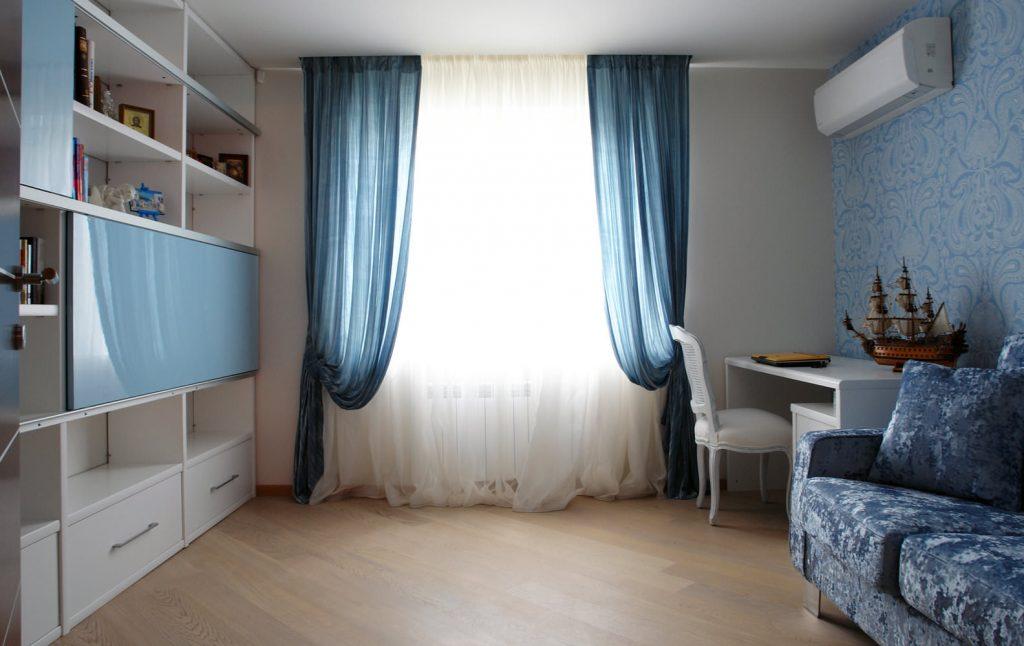 Синие занавески на окне в комнате подростка