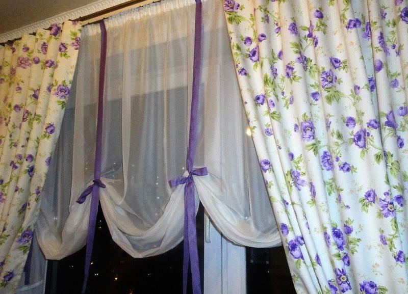 Сиреневые ленты на белом тыле в гостиной стиля прованс