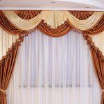 Сочетание бежевого и коричневого для красивых штор и ламбрекена