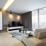Серые шторы в просторной гостиной