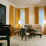 Желтые шторы в гостиной с роялем