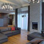Сочетание серых занавесок с мягкой мебелью в зале