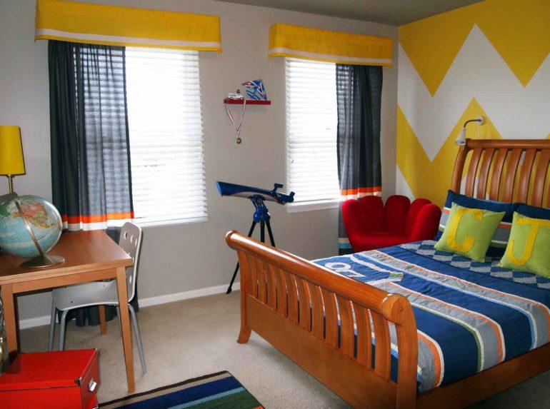 Тюлевые занавески с ламбрекеном в комнате мальчика