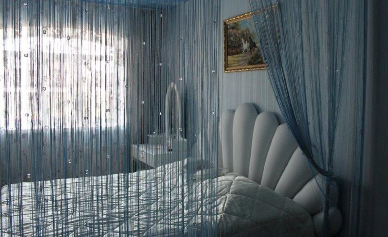 Интерьер спальни с тюлем из кисеи