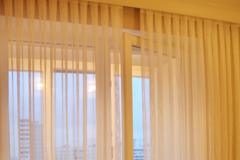 Оформление окна гостиной тюлем из органзы в складку