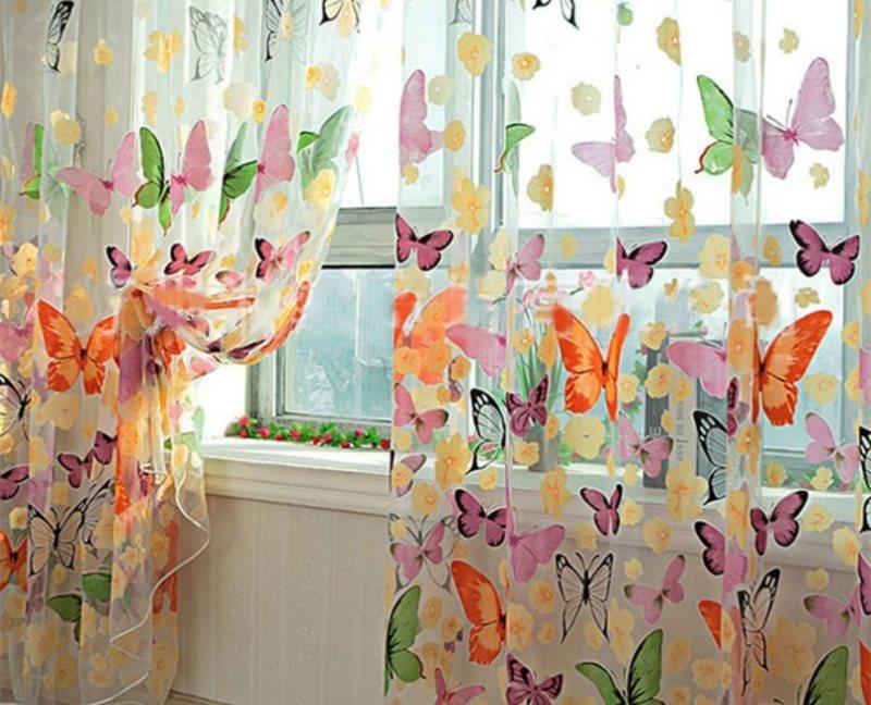 Разноцветные бабочки на тюле в комнате девочки