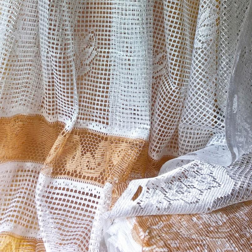 Крупные ячейки на занавеске из тюля-сетки
