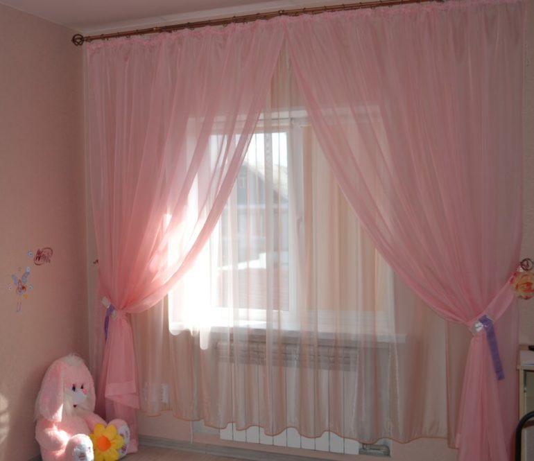 Розовый тюль со складками в комнате девочки дошкольного возраста
