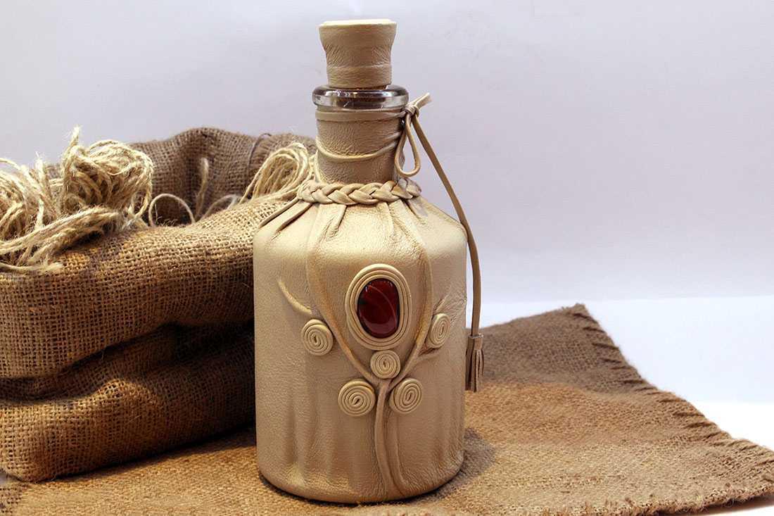 декор бутылок кожей