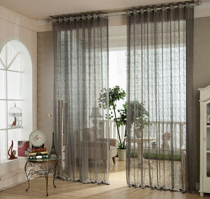 Светло-серый тюль из вуали на дверном проеме