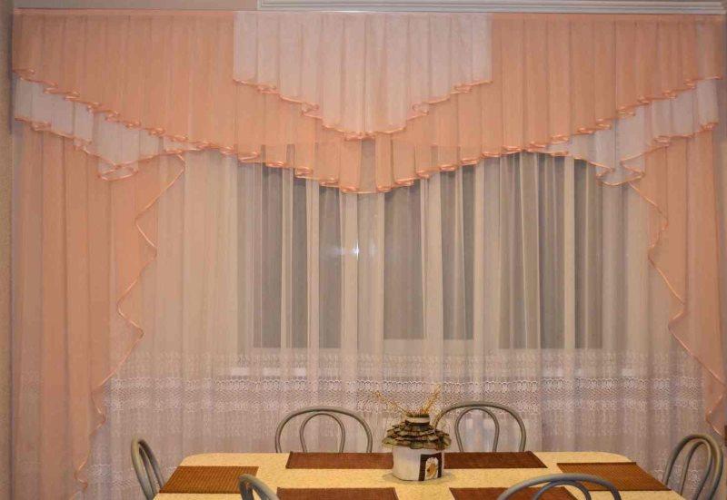 Декорирование окна в зале занавесками из вуали