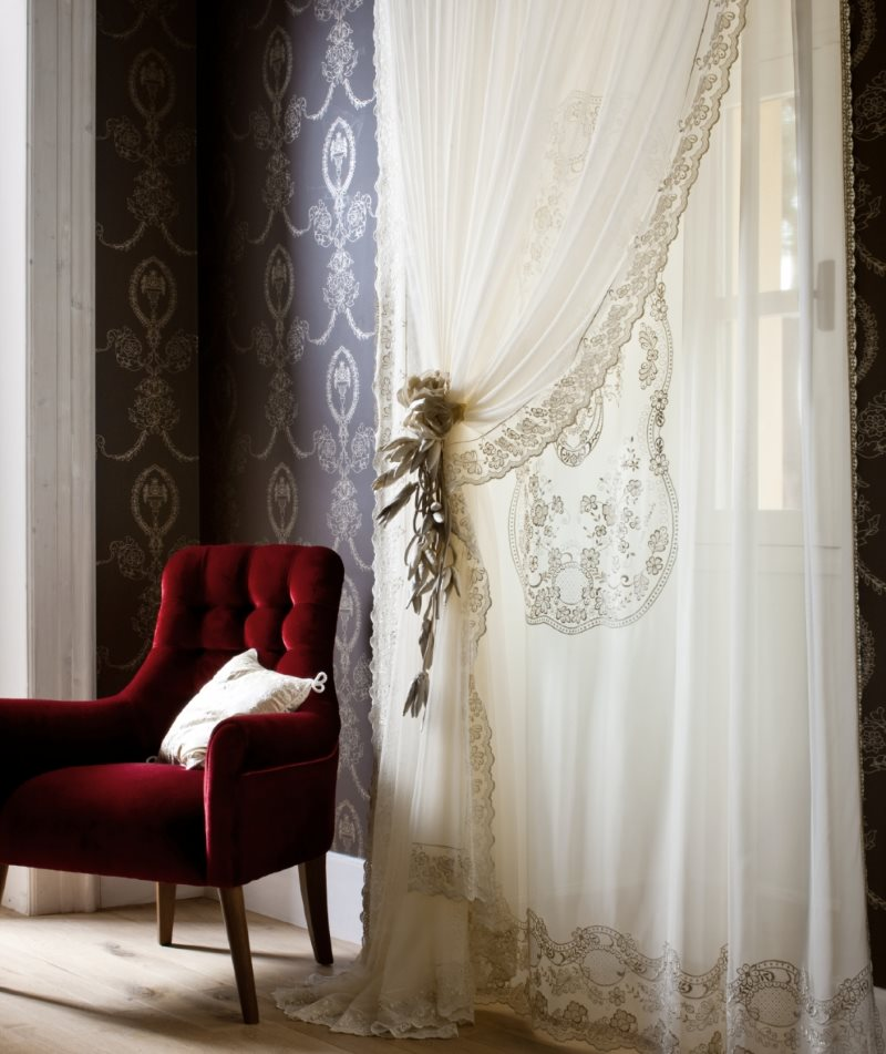 Светлая вуаль с орнаментом на окне в гостиной