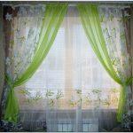 Оформление окна из вуали разного цвета
