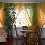 Двухцветная органза на окнах гостиной