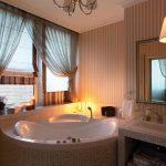 Вуаль в интерьере ванной с окном